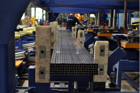 Steel tube packing line including bundle forming and bundle strapping